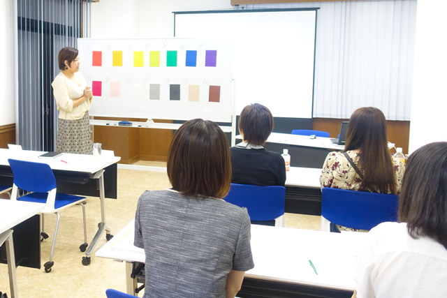 色彩心理を活用しよう!実践的カラーテクニック-受講風景