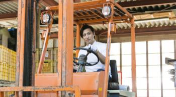 3名急募|日勤のみ|化学製品製造工場での材料投入や運搬のお仕事