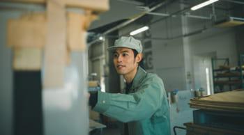 日勤のみ│未経験歓迎│工場での機械オペレーター|シニア活躍中